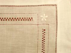 Mantel individual de vainica bordado en blanco con servilleta incluida.