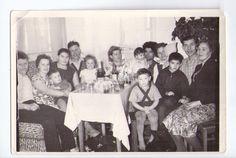 Большая семья за столом. Праздник. Дети в чулках. Алкоголь. Фото СССР.