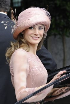 Princess Letizia: The World's Best Dressed Royal? Love the hat worn by Princess Letizia of Spain tot he wedding of Prince William and Kate Middleton Estilo Fashion, Ideias Fashion, Look Rose, Estilo Real, Spanish Fashion, Fancy Hats, Wearing A Hat, Love Hat, Glamour