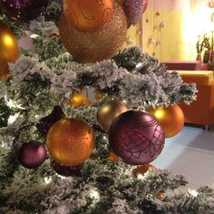 Ein trendiger Baum!   @Xmasdeco www.xmasdeco.de  Kreieren Sie den stilvollsten Baum, den Sie je hatten. Der schneebedeckte Weihnachtsbaum kann mit einer Vielzahl von Ornamenten in unterschiedlichen Größen und Formen nach Ihrem persönlichen Stil und Geschmack angepasst werden. #xmasdeco #designen #wunderschöne #trendige #schnee #bedeckte #weihnachtebäume #passend #zu #ihrem #geschmack #mit #farbigen #weihnachtsschmuck #für #zuhause #und #gewerbe #von #den #xmas #designers #dekorieren…