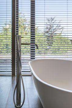 Is het geen plaatje? De houten jaloezieën staan prachtig in deze badkamer. Home Interior Design, Ramen, Blinds, Bathtub, Bathroom, Modern, House, Interiors, Standing Bath