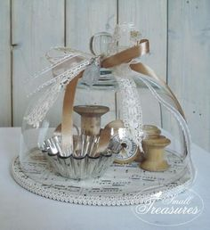 Under glass: THE EVERYDAY HOME: don& have small cloches? Use thrift store glass cake plate domes on vintage silver trays. Vintage Crafts, Vintage Decor, Vintage Sewing, Vintage Style, Decoration Shabby, Decoration Table, The Bell Jar, Bell Jars, Cloche Decor