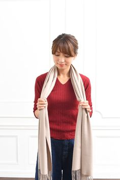 あなたは大丈夫?「ひと昔前」に見えないストールの巻き方&選び方|LIMIA (リミア) Sweaters, Fashion, Moda, Fashion Styles, Pullover, Sweater, Fashion Illustrations, Fashion Models, Sweatshirts