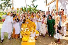 Candid Haldi Ceremony Photos Which Are Totally Awwdorable! Happy Family Pictures, Family Photos, Crazy Wedding, Big Fat Indian Wedding, Image Photography, Wedding Photography, Royal Family Portrait, Real Weddings, Indian Weddings