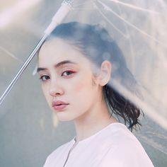 雨の日メイク1 チアフルなアイライナー Rainy Day Photography, Umbrella Photography, Fashion Photography, Top Supermodels, Keiko Kitagawa, Insta Photo Ideas, Female Poses, Natural Makeup, Makeup Looks