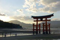 宮島の大鳥居の夕焼け。 対岸に沈む太陽が美しい。