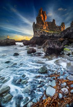 ISLANDIA - Lóndrangar, Snæfellsnes Peninsula. Ancient Volcanic plugs made of Basalt formed by erosion and the power of the Atlantic ocean.