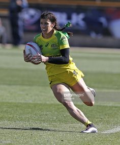Charlotte Caslick of Australia runs with the ball during the match against Canada at Fifth Third Bank Stadium on April 2016 in Kennesaw, Georgia. Rugby 7's, Rugby Girls, Rugby Feminin, Kennesaw Georgia, Rugby Sevens, Womens Rugby, Flag Football, Olympic Team, Rugby League