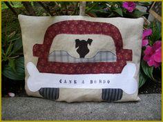 """Cuscino """"cane a bordo""""... non il solito avviso!  Fatto a mano da Effe Cremona! http://www.effecremona.it"""
