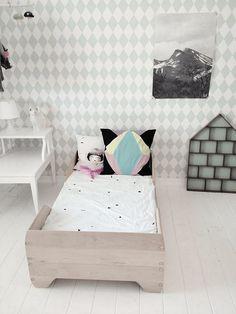 Eenvoudig en stijlvolle kinderkamer - behang en letterbak van Ferm Living