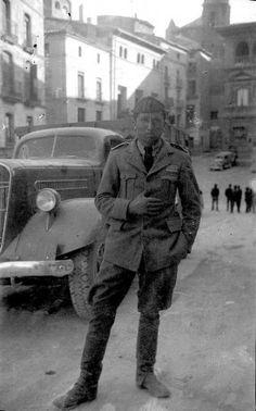 Michele Francone en la plaza Mayor de Alcañiz. marzo 1938