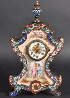 A 19TH CENTURY FRENCH ORMOLU MANTLE CLOCK