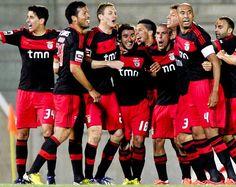Os jogadores do Benfica festejam a vitória conseguida no Estádio dos Barreiros frente ao Marítimo por 2-1 (© © LUSA / HOMEM DE GOUVEIA)