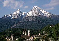 Watzmann, im Vordergrund die Kirchtürme von Berchtesgaden