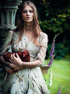 """Модель Флоренс Коски (Florence Kosky) объединилась с фотодуэтом Jenny Gage & Tom Betterton в фотосессии под названием """"Faerie Queen"""", которая вышла в ноябрьском выпуске Harper's Bazaar UK."""