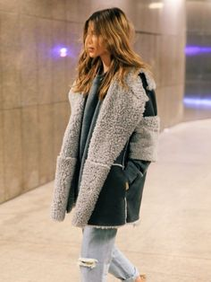 Take a look at 27 cold weather outfits for school in the photos below and get ideas for your own casual winter outfits. Excuse me while I live in soft fuzzy sweaters for the rest of Winter Image source Winter Stil, Winter Coat, Sheepskin Coat, Moda Boho, Moda Casual, Cold Weather Outfits, Street Style, Love Fashion, Fashion Trends
