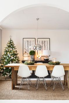 35 Great Christmas Decor Ideas for Your Apartment - FashDeco Christmas Garland On Stairs, Christmas Mantels, Christmas Home, Simple Christmas, Apartment Christmas, Minimalist Christmas Tree, Large Christmas Tree, Christmas Centerpieces, Christmas Decorations