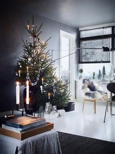 Nordic living room with an asymmetric, two-parted Christmas tree with minimalistic Christmas ornaments. Bohemian Christmas, Dark Christmas, Christmas Mood, Scandinavian Christmas, Minimal Christmas, Danish Christmas, Scandinavian Style, Christmas Ornaments, Nordic Living Room