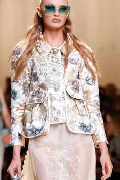 #Fendi Spring 2017 Ready-to-Wear collection. Floral Fashion, All Fashion, Fashion Week, Fashion 2017, Fashion Details, Passion For Fashion, Runway Fashion, Fashion Show, Fashion Outfits