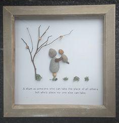 Schön gestaltete und einzigartig gestaltete Kiesel Kunst... aus Wales  Ideales Geschenk für eine Mutter oder ein besonderes Geschenk für einen Geburtstag... etwas zu Schatz für immer...  Meine Kieselsteine stammen verantwortungsvoll mit Waliser Treibholz und arrangiert mit Liebe und einem Hauch besondere Küsten Kiesel...  Dieses Bild kommt in einer 19x19cm Woodwashed Kastenrahmen Wand montiert ist.  Wenn Sie ein anderes Angebot möchten... oder möchten Sie mir, Sie entwerfen ein Bild in…