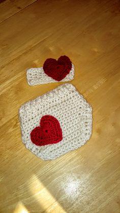 Cache-couche crochet , St-Valentin, couvre-couche avec coeur, bandeau bébé, ensemble nouveau-né, 0-3 mois sur-culotte laine, coeur rouge de la boutique Agadoux sur Etsy