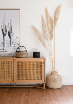 Home Remodel Living Room Love this hallway with its desert boho vibes - all you need is pampas grass and a rattan cupboard.Home Remodel Living Room Love this hallway with its desert boho vibes - all you need is pampas grass and a rattan cupboard Boho Living Room, Home And Living, Living Room Decor, Decor Room, Wall Decor, Room Decorations, Interior Design Living Room, Bedroom Decor, Interior Design Minimalist