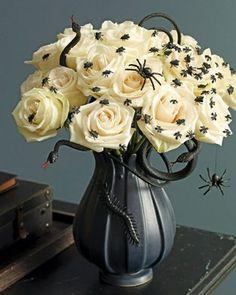 halloween tischdeko Schnittblumen mit Kunstinsekten dekoriert