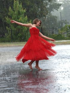 9 Great Hobbies to Uplift Women – Uncinetto Walking In The Rain, Singing In The Rain, Smell Of Rain, 100 Things To Do, Under The Rain, Rain Photography, Senior Photography, Photography Ideas, Great Hobbies