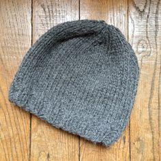 Un bonnet tout simple + Tuto - Tricot Bonnet Crochet, Knit Crochet, Crochet Hats, Crochet Geek, Tunisian Crochet Patterns, Knitting Patterns, Lace Knitting, Knitting Stitches, Knitting Machine