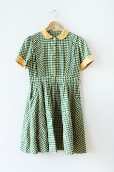 ADORABLE vintage 1940s dress in green plaid crisp cotton with yellow linen collar