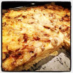 Pizza alta bianca con funghi freschi,mozzarella,cipolla rosata e panna ai funghi.