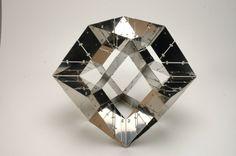 Objeto abstrato geométrico com 24 faces Rhombic Dodecahedron, de espelho, peça única, design Xavier de Clippeleir, na mostra sobre a Bélgica