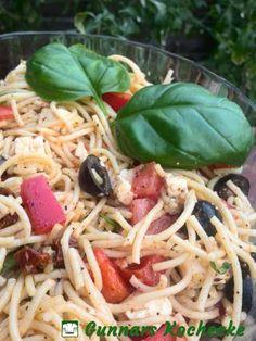 Mediterraner Spaghettisalat mit Feta, Oliven und getrockneten Tomaten