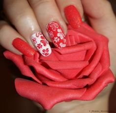 Dusty nails, Festive nails, Floral nails, flower nail art, Flowers on nails, Glitter nails, Nails with sparkles, Red and white nails
