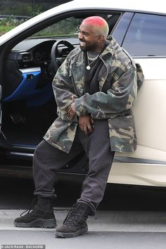 Kanye West playfully poses for photographers outside his office - Casual: The Black Skinhead hitmaker paired the eccentric hairstyle with a very casual ensemble for - Kanye West Outfits, Kanye West Style, Kanye West Show, Kanye West Songs, Kanye West Fashion, Kanye West Hair, Kanye West Smiling, Yeezy Fashion, Mens Fashion