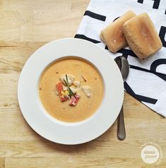Kikkis planet: SPICY KYLLINGSUPPE Cheeseburger Chowder, Thai Red Curry, Spicy, Soup, Ethnic Recipes, Red Peppers, Soups, Soup Appetizers