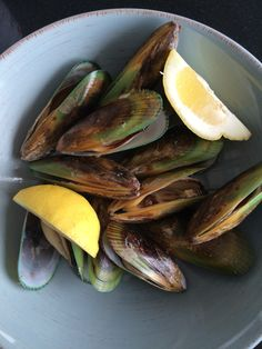 Steamed NZ green-lipped mussels in garlic and wine Green Lipped Mussel, Mussels, Kiwi, Garlic, Banana, Meat, Fruit, Food, Essen