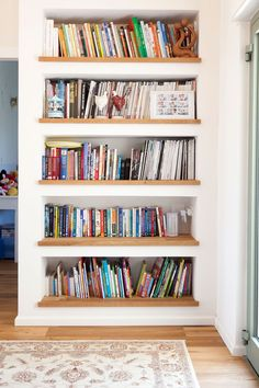 I love home libraries Bookcase Wall, Room Shelves, Modern Bookshelf, Bookcases, Home Library Design, Home Interior Design, Design Desk, Home Living Room, Living Room Decor