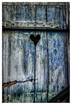 Barn door with heart - ZsaZsa Bellagio: Country Charm, Red & Blue Heart In Nature, Heart Art, Old Doors, Windows And Doors, Door Knockers, Door Knobs, Drawer Knobs, Yoga Studio Design, Country Charm