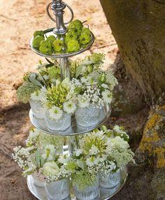 Verschillende potjes, bloemen, etagiere.