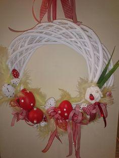 Πασχαλινό στεφάνι με κόκκινα αυγα