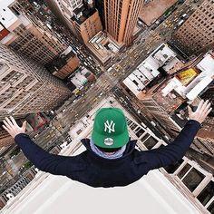 En équilibre sur le toit d'un gratte-ciel new-yorkais ou suspendu au-dessus du vide depuis le haut de la Tour Eiffel, Robert Jahns nous donne le vertige !\Cliquez sur la photo pour voir+ de photos © Nois7/Instagram