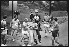 Kathrine Switzer. W 1967 roku jako pierwsza kobieta  wzięła udział i ukończyła maraton bostoński. Ponieważ zarejestrowała się pod neutralnym płciowo imieniem K. V. Switzer organizatorzy zezwolili na jej udział myśląc, że jest mężczyzną. Zepchnięciu Switzer z trasy biegu zapobiegli jej trener, partner i inni biegacze.