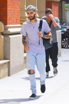 Zayn Malik rocks blue hair as he steps out in New York City Estilo Zayn Malik, Zayn Malik Style, Zayn Malik Photos, Urban Fashion, Boy Fashion, Zayan Malik, Zayn Malik Tattoos, Zayn News, Zayn Malik Hairstyle