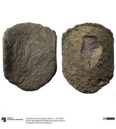 Silberbarren (Gusskönig) Barren um 1300 Fundort: Polen (Land) Fundort: Lässig (Laski Lubuskie) (Ort) Material: Silber, Druckverfahren: gegossen Gewicht: 196 g Durchmesser: 67 x 52 mm