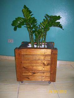 Cachepot de pallet                                                                                                                                                                                 Mais Planter Boxes, Planters, Vertical, Pallet Furniture, Wood Projects, Jewelry Collection, Living Room Decor, Diy And Crafts, Flora