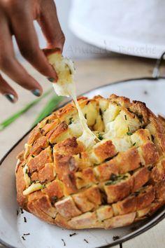 Pain dégoulinant au fromage. J'adore le nom et j'attends l'hiver (l'automne ?) pour le tester !!! #recette