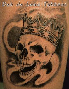Skull and crown tattoo, schedel met kroon tatoeage, doodshoofd koning, skull wearing crown, laughing skull, koning schedel, black and grey, Deb de Leau Tattoos