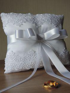 Porta alianças para dama, branca e detalhe em renda de noiva, com fita para amarrar as alianças laço channel!  PEÇA UNICA E EXCLUSIVA!