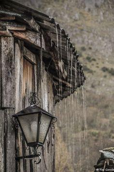 Viendo llover apaciblemente en el precioso pueblo de Peñalba de Santiago photo by Rain on the Roof Tiles by Teo Garcia Lopez --- yes this one is a photo --- make a great reference for a painting! Walking In The Rain, Singing In The Rain, Garcia Lopez, Smell Of Rain, I Love Rain, Rain Days, Rain Go Away, Rain Photography, Color Photography
